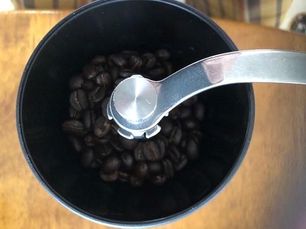 ハリオのコーヒーミルに豆を入れた様子