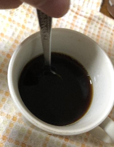 はちみつをコーヒーに混ぜる