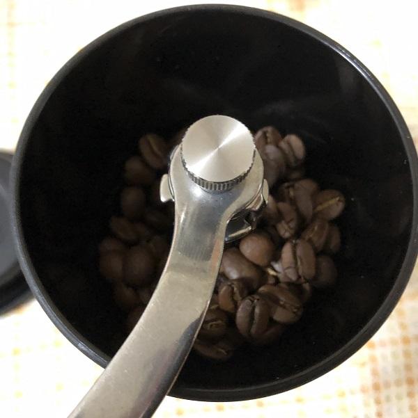 ハワイコナコーヒーを挽く