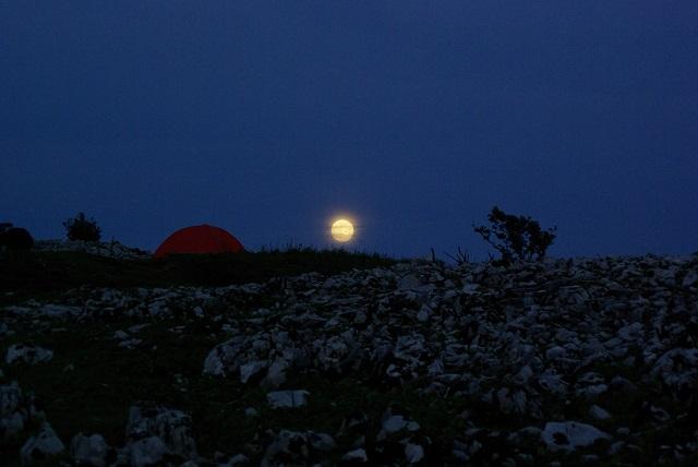 月と石灰岩