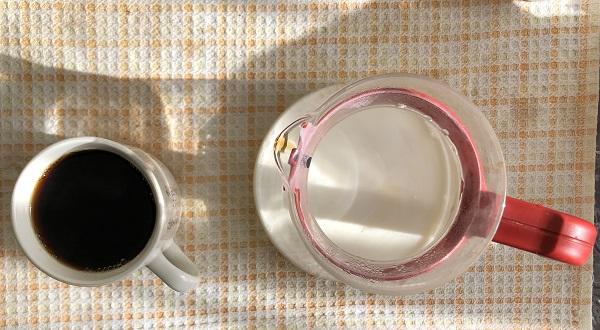 コーヒーと泡立てるミルクを準備